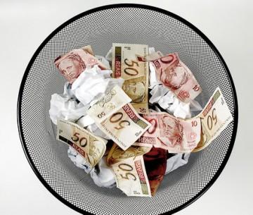 Dinheiro no cesto de lixo